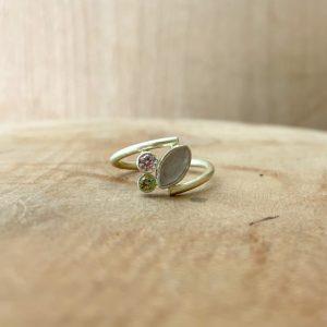 Opengewerkte ring met melksteen en 2 geboortestenen